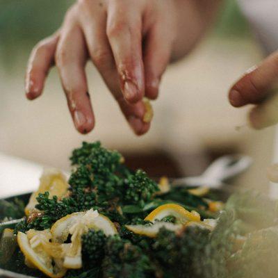 Mains d'une personne en train de cuisiner