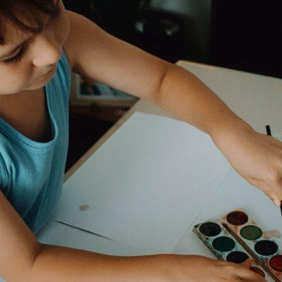 Enfant faisant de la peinture sur une feuille