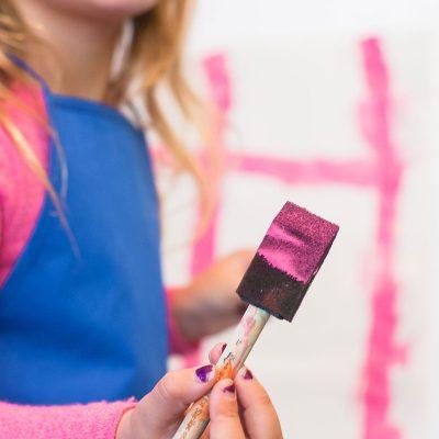 Enfant faisant de la peinture